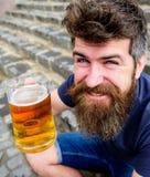 有的人休息用桶装啤酒 快乐的微笑的面孔的行家喝室外的啤酒 庆祝概念查出的白色 308个黄铜弹药筒报道了遥远的空的地面下跪人步枪射击吊索雪目标冬天 图库摄影