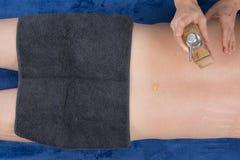 有的人油温泉治疗 后面和手身体局部 免版税库存照片