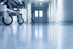 有的医院走廊stretcher's转动 库存图片