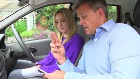 有的十几岁的女孩与辅导员的驾驶课 股票录像