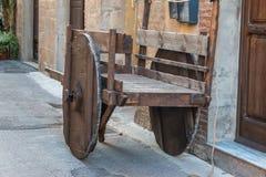 有的古色古香的木推车重要人物街道 图库摄影