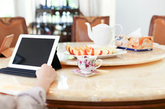 有的商人午餐和与ipad茶和新fr一起使用 库存图片
