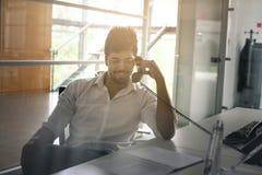 有的商人在输送路线电话的交谈 库存图片