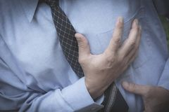 有的商人胸口痛和心脏病发作 图库摄影