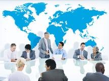 有的商人讨论和世界地图 免版税图库摄影