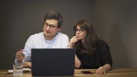 有的商务伙伴在膝上型计算机前面的一次交谈 股票视频