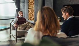 有的夫妇与心理学家的一个建议的会议 免版税图库摄影