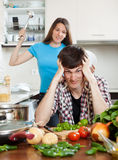 有的夫妇争吵在家厨房 免版税库存照片