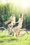 有的夫妇自行车乘坐入自然 免版税库存图片