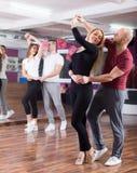 有的夫妇舞蹈课 免版税库存照片