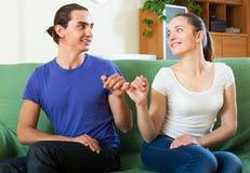 有的夫妇适应在家 免版税库存图片