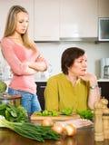 有的女儿母亲争吵 免版税库存图片