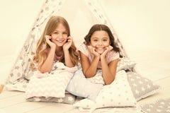 有的女孩乐趣帐篷房子 少女休闲 姐妹获得份额的闲话乐趣在家 为孩子睡衣派对 ?? 免版税库存照片