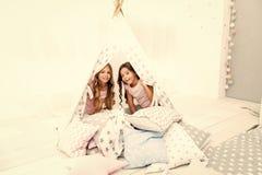 有的女孩乐趣帐篷房子 少女休闲 姐妹获得份额的闲话乐趣在家 舒适地方帐篷房子 ?? 免版税库存图片