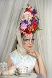 有的女孩在她的头的花 免版税图库摄影