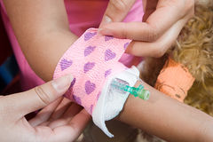 有的女孩在导尿管附近被投入的绷带 免版税库存图片