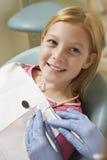 有的女孩牙被审查在牙齿诊所 免版税库存图片