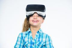 有的女孩逗人喜爱的孩子在白色背景头配显示器 虚拟现实概念 学校的真正教育 免版税库存图片