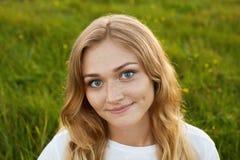 有的女孩画象与笑涡的好的微笑在她的面孔wea 库存照片