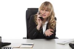 有的女实业家关于电话的一次讨论 免版税库存图片