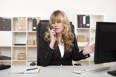 有的女实业家关于电话的一次讨论 库存图片