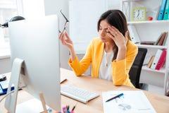有的女实业家顶头痛苦 免版税库存照片