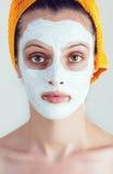 有的妇女一个白色使光滑的面罩 免版税库存照片