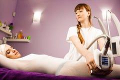 有的妇女与治疗师的反脂肪团按摩 图库摄影
