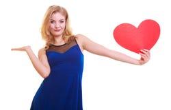 有的妇女举行红色心脏爱标志和在她的手上的空白的拷贝空间。情人节。隔绝。 免版税库存图片