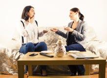有的妇女愉快的谈话 库存图片