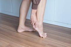 有的妇女脚腕,脚跟痛苦,痛苦女性的感觉被用尽和 免版税库存照片