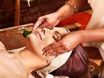 有的妇女ayurveda温泉处理。 免版税图库摄影