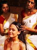有的妇女ayurveda温泉治疗。 免版税库存照片
