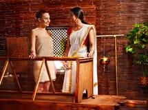 有的妇女Ayurveda蒸汽浴。 免版税库存图片