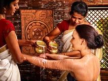 有的妇女Ayurvedic温泉处理 免版税图库摄影