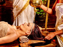 有的妇女Ayurvedic温泉处理 免版税库存照片