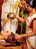 有的妇女Ayurvedic温泉治疗。 免版税图库摄影
