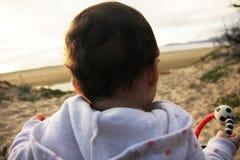 有的婴孩在海滩的乐趣时间 免版税库存照片