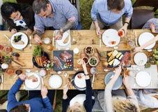 有的家庭晚餐庆祝一起 免版税图库摄影