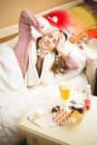 有的小女孩在床上和头疼 免版税库存照片