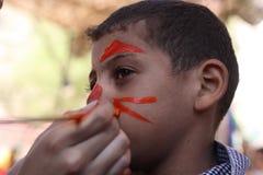 有的小男孩他的面孔绘了有的孩子乐趣使用 库存图片