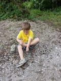 有的小男孩他的鞋子的问题 免版税图库摄影