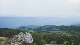 有的山的峰顶的人遥远的小山的美丽的景色 免版税库存照片