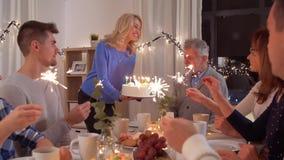 有的幸福家庭生日宴会在家 股票视频