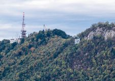 有的建筑在山的大信件布拉索夫在市布拉索夫上在罗马尼亚 免版税库存照片