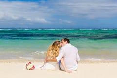 有的新娘和新郎亲吻在与他的ba的热带海滩 库存图片