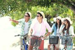 有的朋友乐趣骑马自行车一起 免版税图库摄影