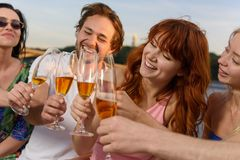 有的朋友在游艇,饮用的香槟的了不起的时间,微笑 库存图片