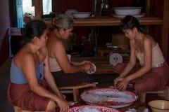 有的椰子传统泰国样式卖主为烹调点心做准备 库存照片