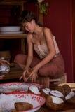 有的椰子传统泰国样式卖主为烹调点心做准备 免版税库存照片
